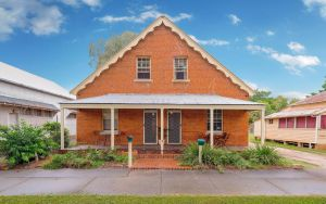 Eliza 1875 Red Brick Duplex Townhouse - Northern Rivers Accommodation